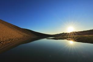 鳥取砂丘に池と朝日の写真素材 [FYI04539867]