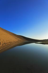 朝の鳥取砂丘に池の写真素材 [FYI04539868]