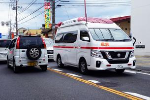 出動する救急車の写真素材 [FYI04539908]