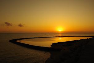 伝統漁法「スクイ」漁の漁場に映る朝日の写真素材 [FYI04540035]