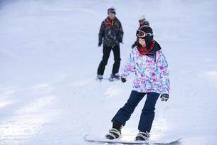 スノーボードをする女性の写真素材 [FYI04540130]