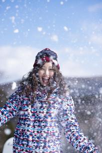 雪を舞い上げる女性の写真素材 [FYI04540141]