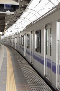駅に停車している電車の写真素材 [FYI04540180]