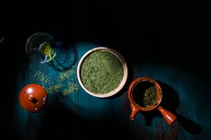 厳かな雰囲気の茶葉(緑茶)の写真素材 [FYI04540209]
