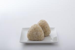 玄米のおにぎりの写真素材 [FYI04540712]