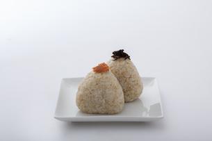 鮭と昆布が乘った玄米のおにぎりの写真素材 [FYI04540713]