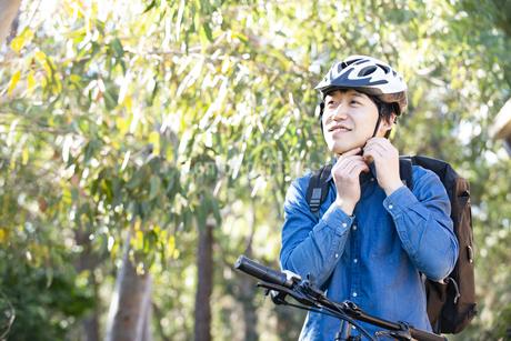 ヘルメットを装着しているフードデリバリー配達員男性の写真素材 [FYI04540800]