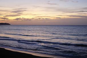 房総半島南東部の太平洋側にある東条海岸の美しい朝焼けの写真素材 [FYI04541055]