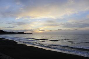 房総半島南東部の太平洋側にある東条海岸の美しい朝焼けの写真素材 [FYI04541072]