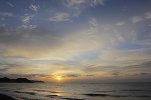 房総半島南東部の太平洋側にある東条海岸の美しい朝焼けの写真素材 [FYI04541081]