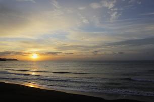 房総半島南東部の太平洋側にある東条海岸の美しい朝焼けの写真素材 [FYI04541087]