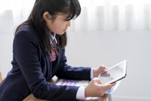 タブレットPCを使って勉強する女子学生の写真素材 [FYI04541138]