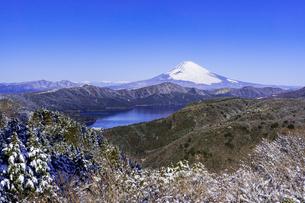 箱根・大観峰より厳冬期の富士山と芦ノ湖の写真素材 [FYI04541291]