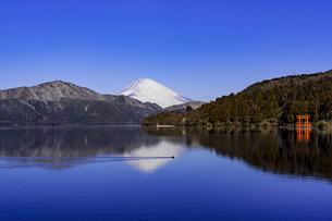 箱根の芦ノ湖と富士山の写真素材 [FYI04541295]