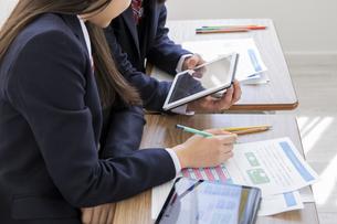 タブレットPCを使って勉強する女子学生の写真素材 [FYI04541429]