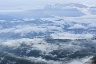 雲海が立ち込める山並みの写真素材 [FYI04541953]