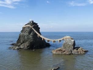 三重県伊勢市 二見興玉神社の夫婦岩の写真素材 [FYI04542218]