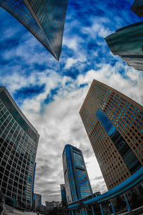 東京都港区・汐留のオフィスビル群と青空の写真素材 [FYI04542444]
