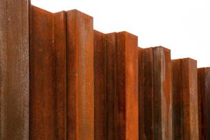赤サビの鉄塀の写真素材 [FYI04542467]