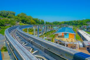 多摩モノレールのレールと晴天の空(多摩動物公園駅)の写真素材 [FYI04542581]