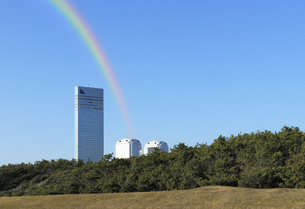 幕張の浜から見る虹と高層ホテルの写真素材 [FYI04542753]