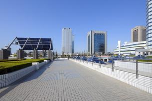 ペデストリアンデッキと幕張新都心の高層ビルの写真素材 [FYI04542761]