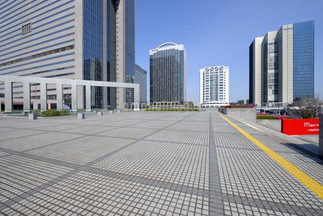 石畳の広場と幕張新都心の高層ビル群の写真素材 [FYI04542765]