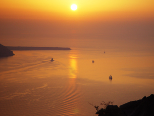 ギリシャ サントリーニ島の夕日 日没の写真素材の写真素材 [FYI04542810]
