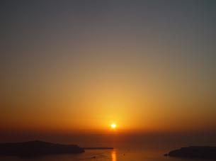 ギリシャ サントリーニ島 海に沈む夕日の写真素材 [FYI04542811]