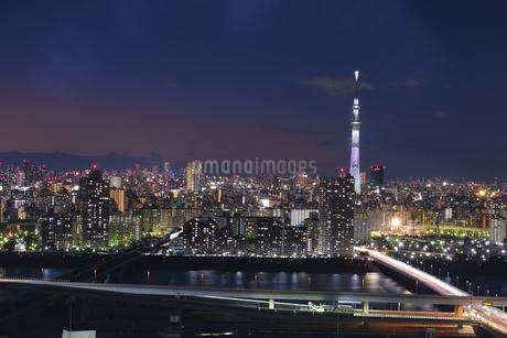 夕暮れ時のスカイツリーと首都高の写真素材 [FYI04542816]