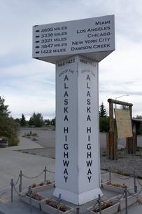 アラスカハイウェイ終点の案内塔の写真素材 [FYI04542911]