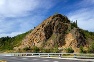 アラスカ、ハイウェイ沿いの岩山の写真素材 [FYI04542912]