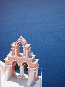 ギリシャ エーゲ海 サントリーニ島の紺碧の海の写真素材 [FYI04543037]