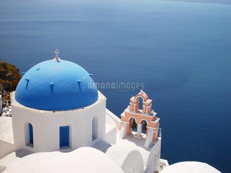 ギリシャ サントリーニ島 青いドームと紺碧の海の写真素材 [FYI04543039]
