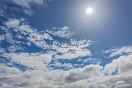 輝く太陽と雲の写真素材 [FYI04543065]