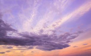 夕暮れ時の空と雲の写真素材 [FYI04543066]