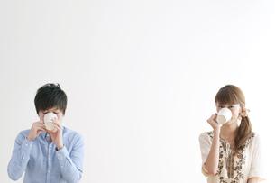 コーヒーを飲むカップルのポートレートの写真素材 [FYI04543236]