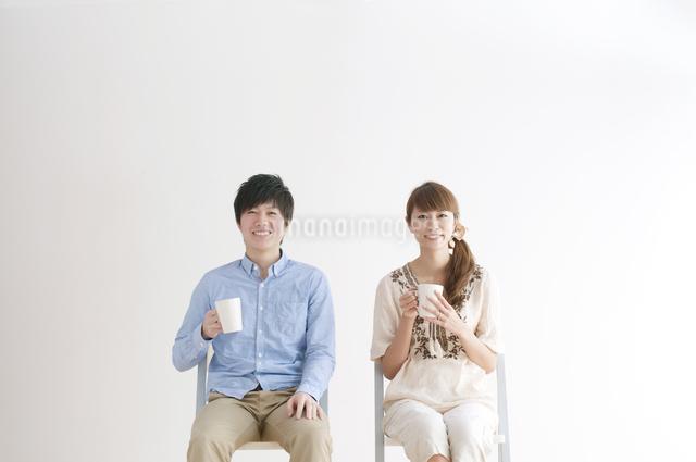 コーヒーを飲むカップルのポートレートの写真素材 [FYI04543241]
