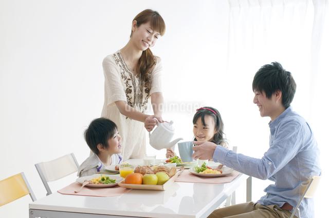 4人家族の朝食風景の写真素材 [FYI04543259]