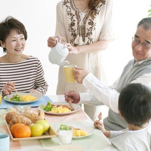 3世代家族の朝食風景の写真素材 [FYI04543272]