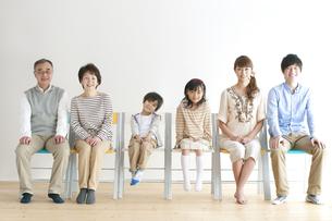 椅子に座る3世代家族の写真素材 [FYI04543280]
