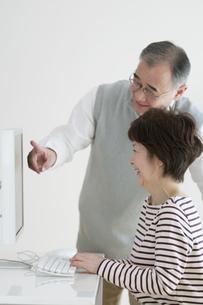 パソコンを使うシニア夫婦の写真素材 [FYI04543317]