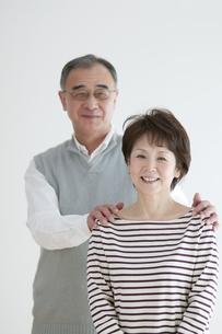 微笑むシニア夫婦のポートレートの写真素材 [FYI04543323]