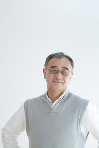 微笑むシニア男性のポートレートの写真素材 [FYI04543330]