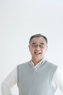 微笑むシニア男性のポートレートの写真素材 [FYI04543331]