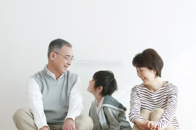 微笑む祖父母と孫の写真素材 [FYI04543419]