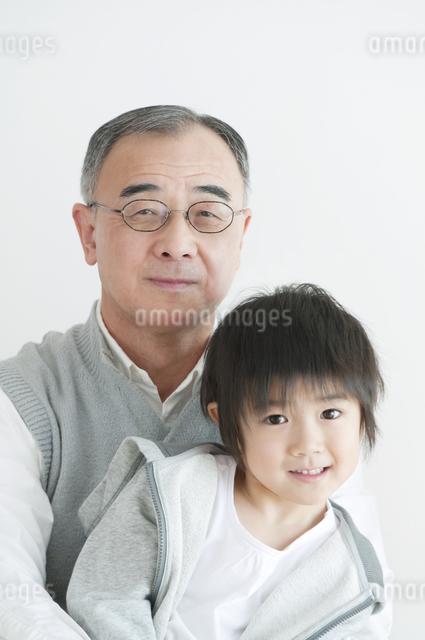 孫を抱く祖父の写真素材 [FYI04543420]