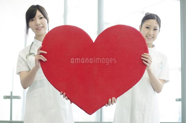 ハートを持つ看護師の写真素材 [FYI04543433]