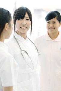 打合せをする看護師の写真素材 [FYI04543436]