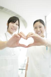 手を合わせハートを作る看護師の写真素材 [FYI04543437]